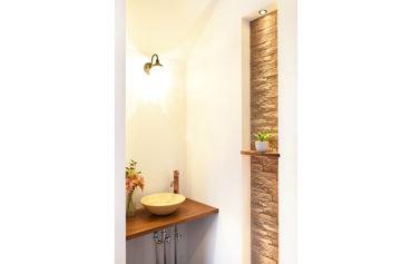 玄関ホールに設置したお洒落な手洗器。帰宅後すぐに手洗い&うがいができます。