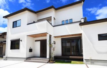 中庭とウッドデッキのある家。各居室にアクセスがしやすいバルコニーがあります。