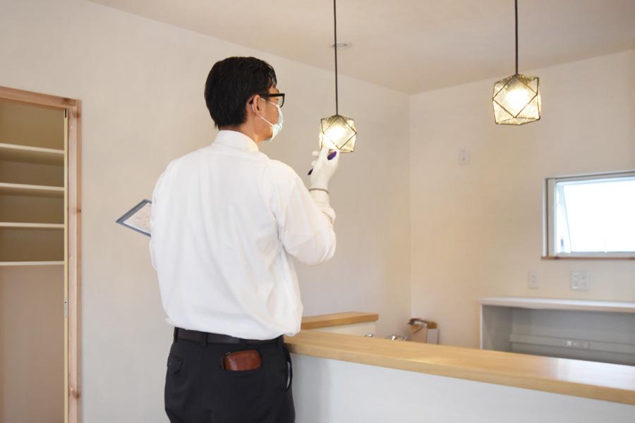 2021年8月26日社内検査1_キッチン照明を確認している様子