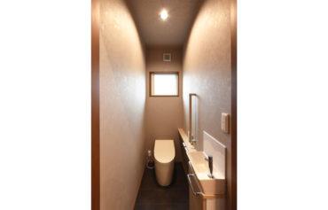 トイレのクロスは落ち着いた色合いを採用!