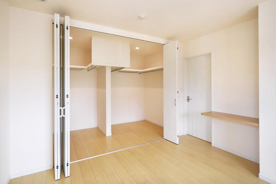 2021年8月26日社内検査1_便利な造作デスクと主寝室に併設したウォークインクローゼット