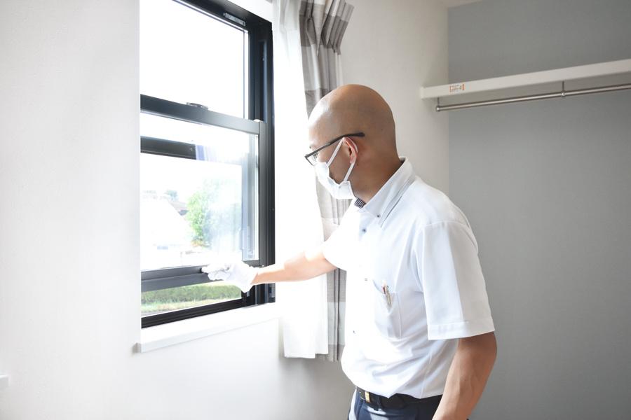 2021年8月26日社内検査2_窓の動作を確認している様子