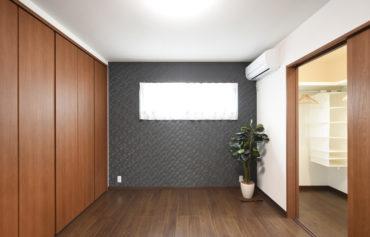 ウォークインクローゼットと大きめのクローゼットが併設した収納力のある主寝室。