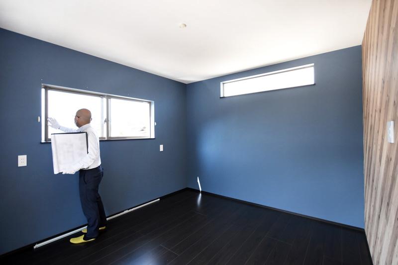 2021年9月24日社内検査_ブルーのクロスと木目調のアクセントクロスがお洒落な主寝室