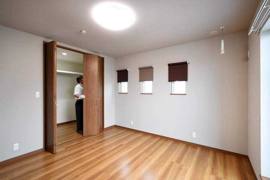 2021年9月9日社内検査(新築注文住宅)_主寝室のクローゼット扉をチェックしている様子