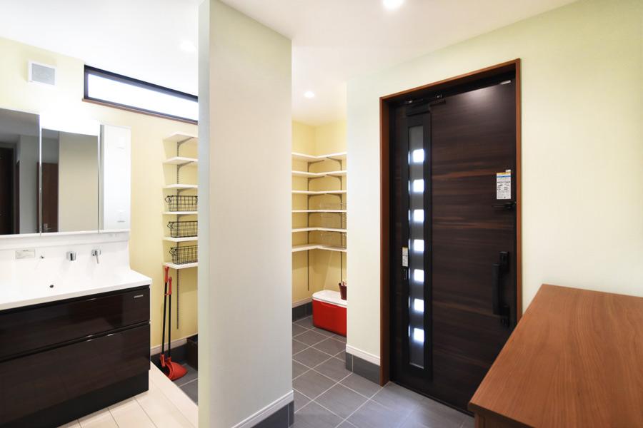 洗面化粧台のあるコロナ対策を考慮した玄関