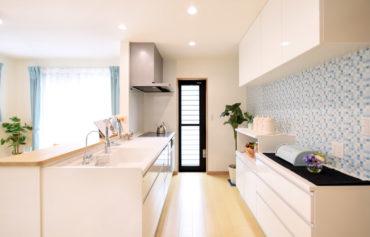 勝手口とパントリーが併設する奥様お気に入りのキッチン。キッチン背面も魅力的!