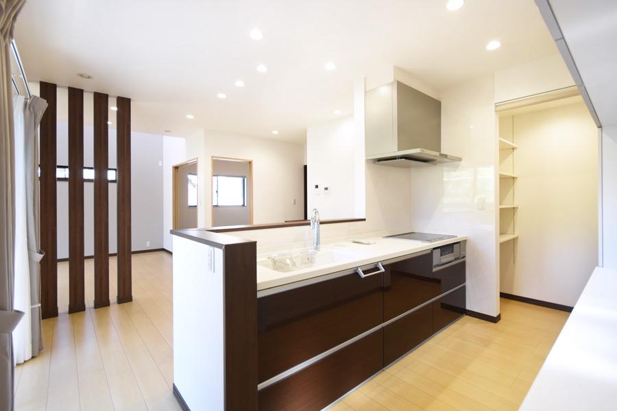 2021年9月27日社内検査_階段下を活用した食品庫が併設するキッチン