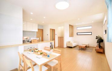 キッチンは対面式を採用することで、リビング・ダイニングにいる家族とコミュニケーションが取りやすくなりました。