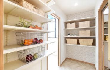 キッチン・洗面脱衣室・ランドリールームと家事動線の中間に配置したパントリー。食料品だけでなく日用品もストックできます◎