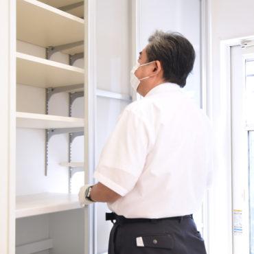 2021年9月21日社内検査_キッチン背面にあるパントリーをチェックしている様子