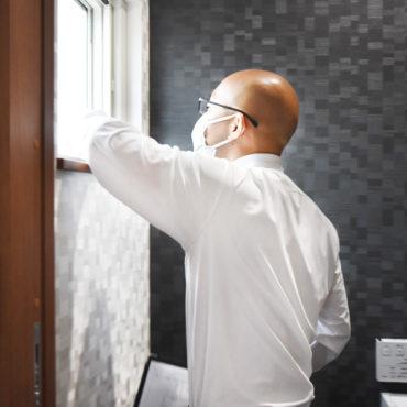 2021年9月9日社内検査(新築注文住宅)_トイレの窓の動作を確認している様子