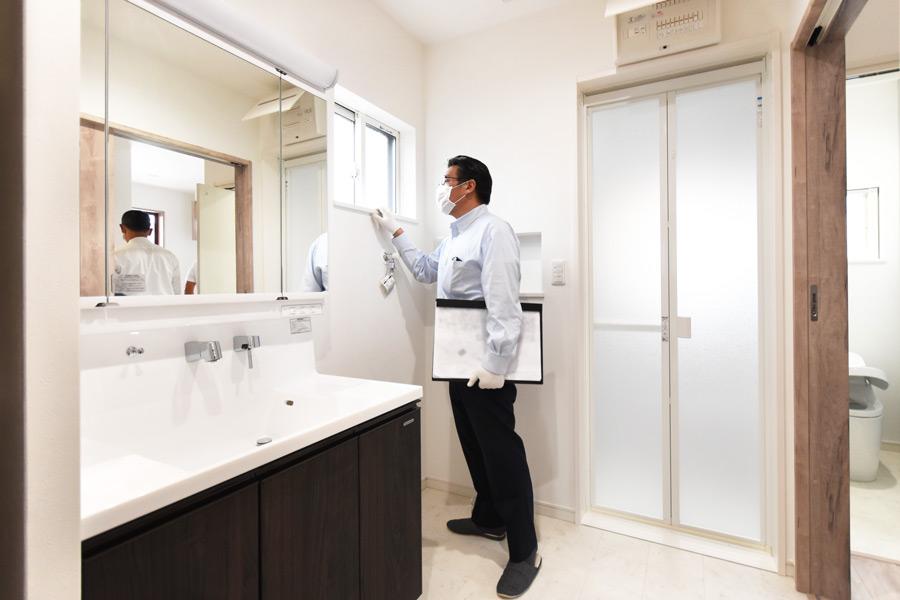 2021年9月9日社内検査(新築注文住宅)_洗面脱衣室を検査している様子