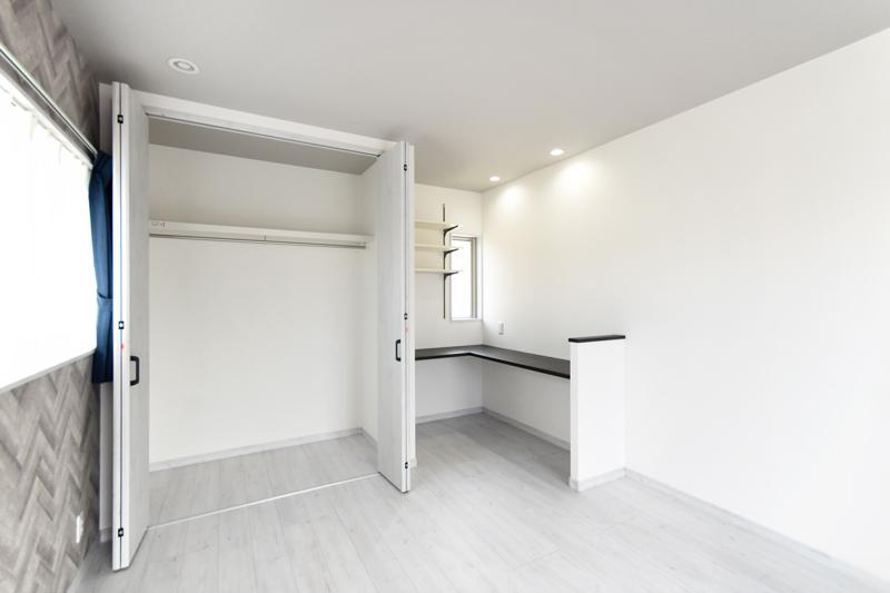 2021年10月7日社内検査_便利なL字カウンターとクローゼットがある主寝室