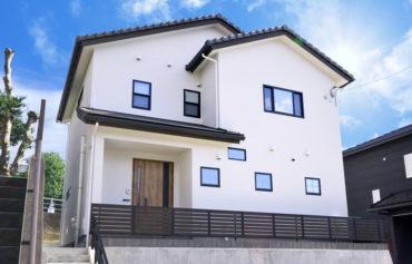 お洒落な三角垂れ壁のコートクロークがある快適な家。