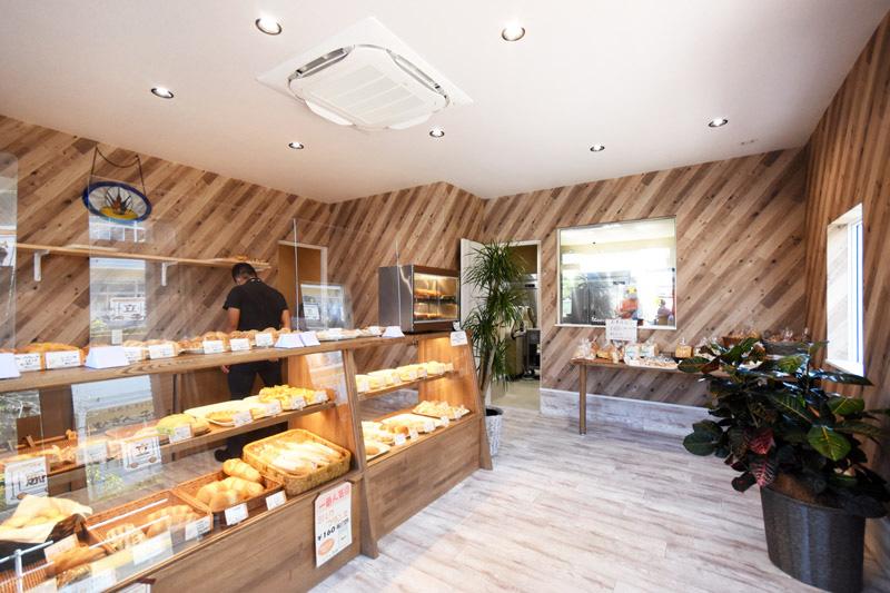 三島市徳倉にある「むぎん子畑」さん_パンを作っている様子を見ることができる店内