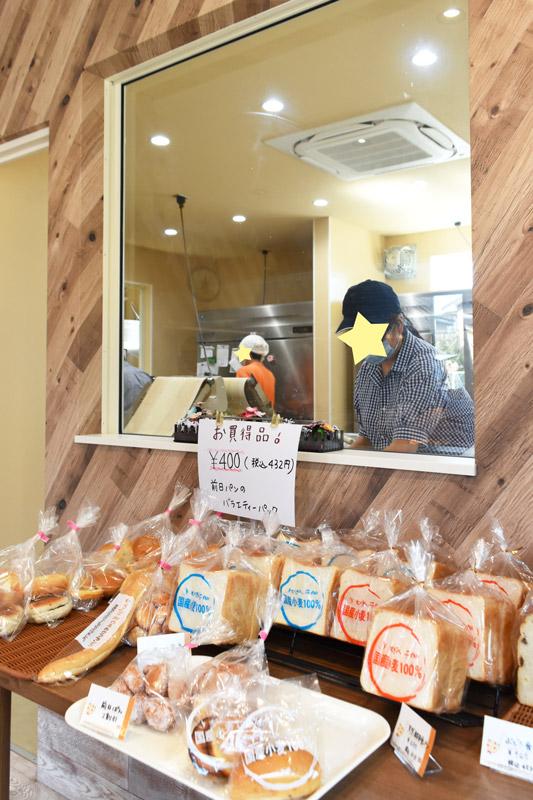 三島市徳倉にある「むぎん子畑」さん_店内の窓から見えるパンを作っている様子