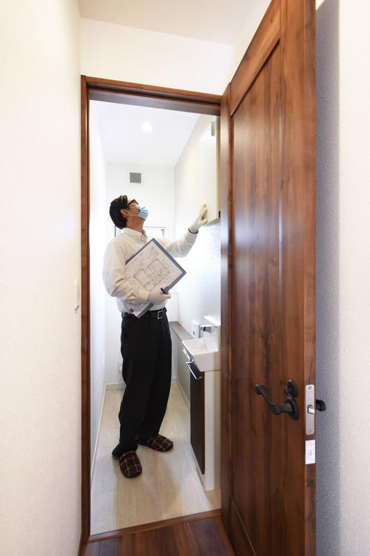 2021年10月7日社内検査_トイレを検査している様子
